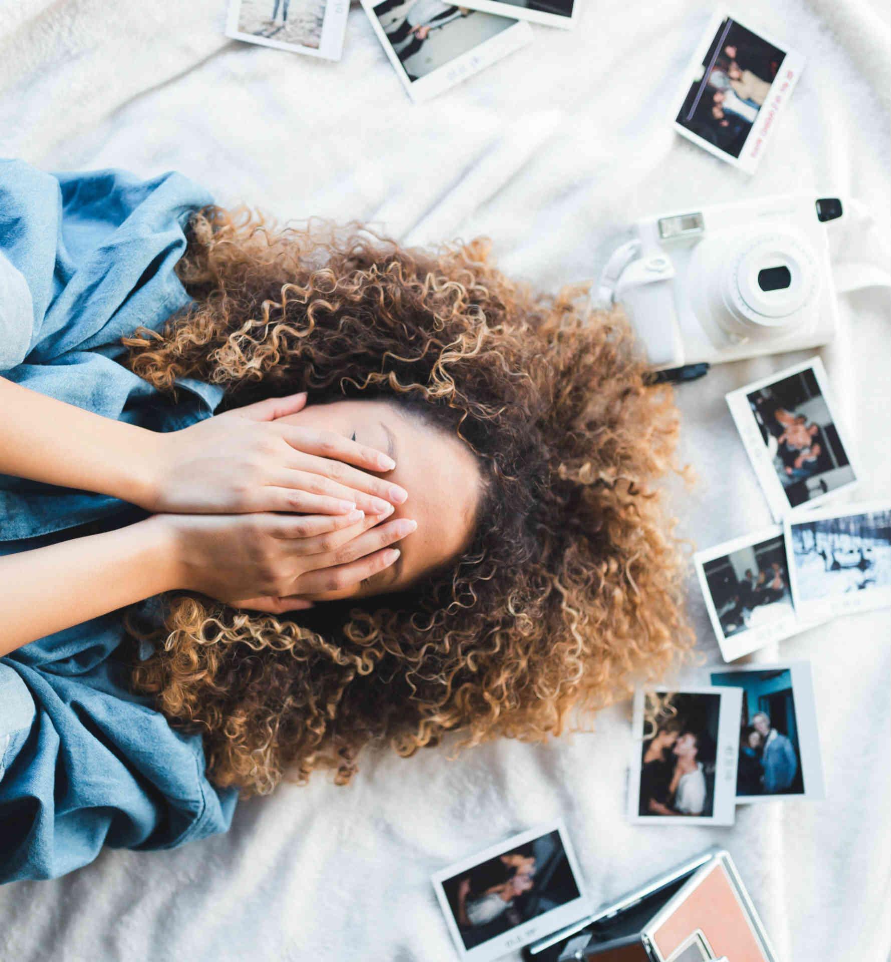 lány fényképek között
