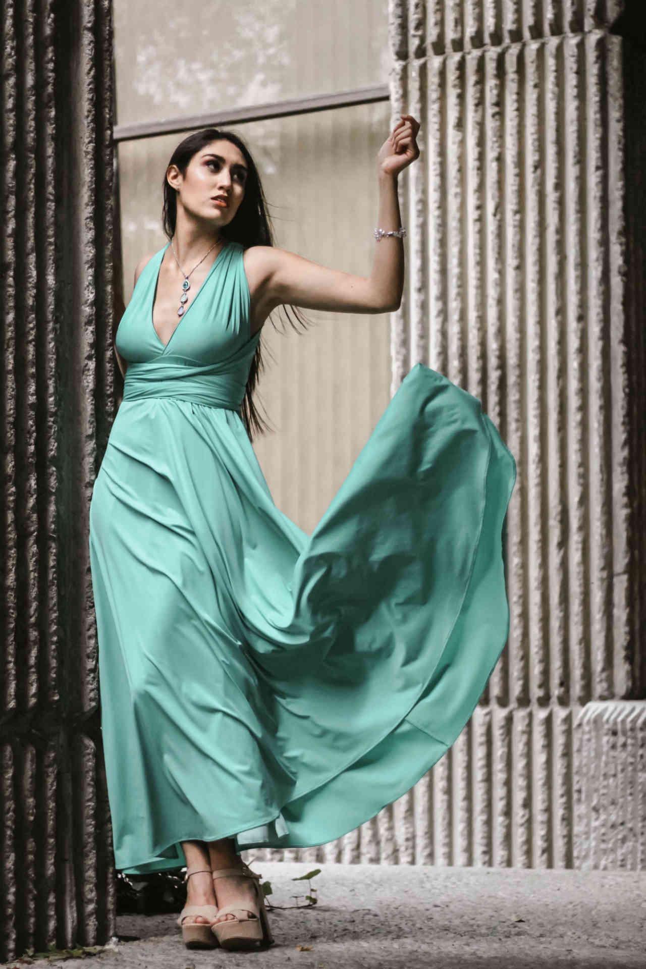 zöld ruhás nő