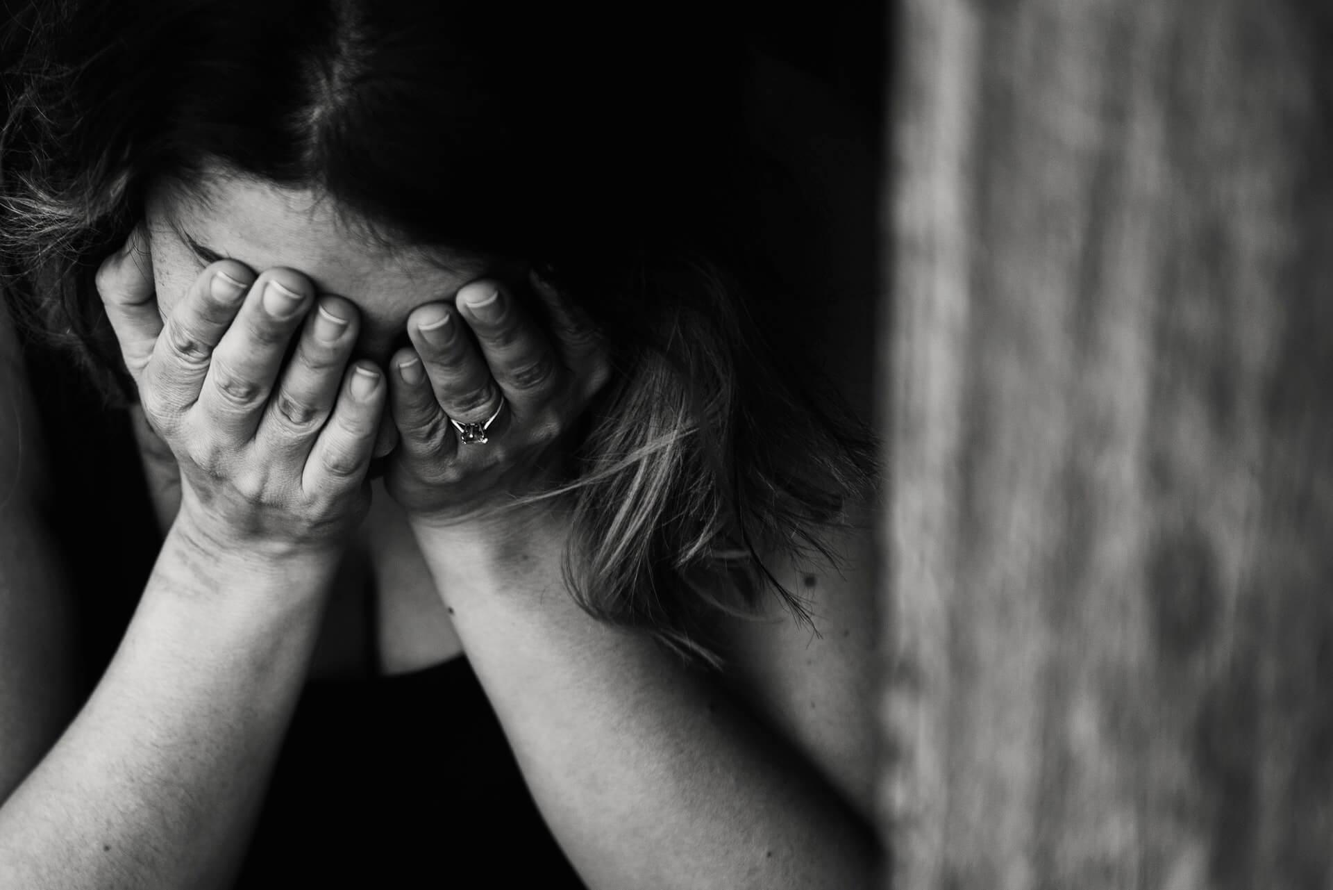 síró nő
